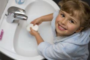 малыш моет руки