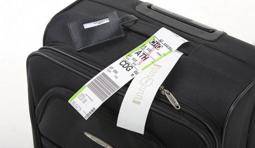 Багажная сумка с прикрепленной биркой