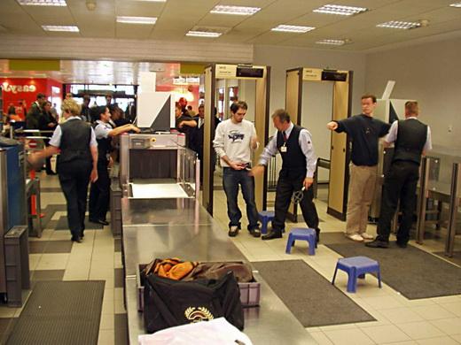 Досмотр людей в аэропорту