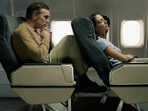 Откидываться на кресле в самолете запрещено