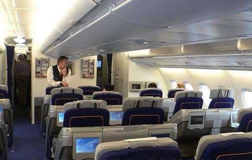 Салон самолета кресла и экран изнутри