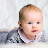 Во сколько месяцев ребенок переворачивается